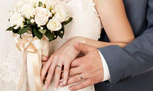 Brautpaar mit Ring von Uhren Herweg - Frank Herweg